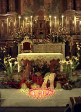 Chiesa del SS Crocifisso di San Papino, altare ligneo addobbato per l'esposizione del Santissimo