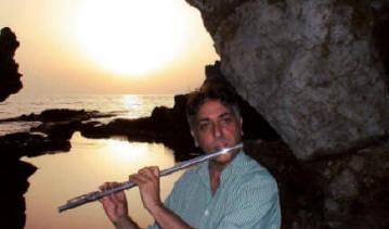 Fabio mentre suona al tramonto, al laghetto di Venere